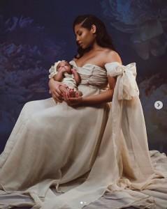 娘を抱くカシーさんの美しい親子ショット(画像は『Kasi J. Bennett 2020年7月7日付Instagram』のスクリーンショット)