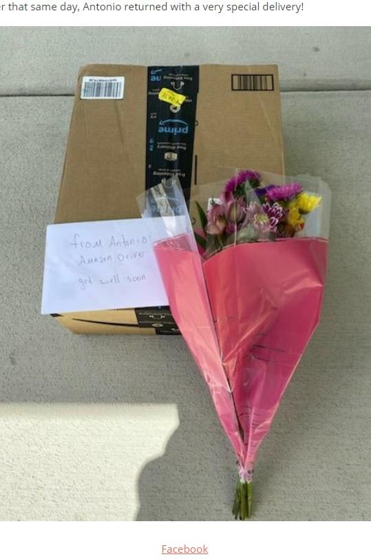 アントニオさんが届けた花束とカード(画像は『InspireMore.com 2020年7月23日付「Cancer Patient Gets Sweetest Delivery From Caring Amazon Driver.」(Facebook)』のスクリーンショット)