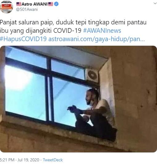 病院の2階の窓から母親を見つめる男性(画像は『Astro AWANI 2020年7月19日付Twitter「Panjat saluran paip, duduk tepi tingkap demi pantau ibu yang dijangkiti COVID-19」』のスクリーンショット)