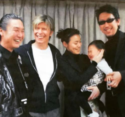 デヴィッド・ボウイさんの楽屋で談笑する山本寛斎さんと布袋寅泰ら(画像は『HOTEI Official 2020年7月27日付Instagram「山本寛斎さんが旅立たれた。」』のスクリーンショット)