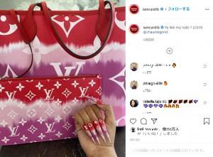 ネイルもバッグに合わせていたカーディ・B(画像は『Cardi B 2020年6月13日付Instagram「Ya like my nails ?」』のスクリーンショット)