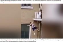 【海外発!Breaking News】アパート5階から回転しながら落ちた2歳児、隣人がキャッチして助かる(中国)<動画あり>