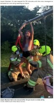 【海外発!Breaking News】子供用ブランコに乗りTikTokを撮影した少女 お尻がはまって抜け出せず 消防士に救助される(英)