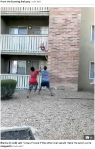 フィリップさんが男の子をキャッチする様子(画像は『The Sun 2020年7月9日付「CATCH OF A LIFETIME Incredible moment hero catches toddler thrown 30ft from burning building by mum」(Credit: ABC7)』のスクリーンショット)