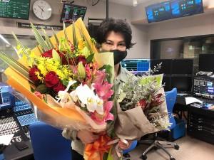『楽器楽園~ガキパラ~ for all music-lovers』で結婚祝いの花束を贈られた武田真治
