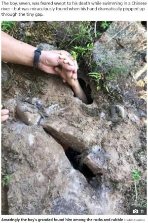 【海外発!Breaking News】川に流された7歳児、土手の小さな穴から手を伸ばす姿を祖父が見つけて無事救出(中国)