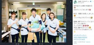 田中圭の誕生日を薬剤部のキャストたちが祝福(画像は『【公式】アンサング・シンデレラ 2020年7月10日付Twitter「田中圭さん36歳のお誕生日」』のスクリーンショット)