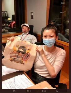 『アッパレやってまーす!』のスタジオでケンドーコバヤシと小倉優香(画像は『【公式】小林友治アワー アッパレやってまーす!水曜日 2020年7月1日付Twitter「#アッパレ水 放送中」』のスクリーンショット)