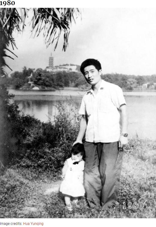 1980年当時の父(26歳)と娘(1歳)、その後約40年間撮影が続くことに(画像は『Bored Panda 2020年8月20日付「This Dad And Daughter Have Been Taking Yearly Pics At The Same Spot For 40 Years, And The Pics Show How Time Flies」(Image credits: Hua Yunqing)』のスクリーンショット)