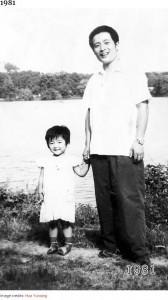 娘が2歳となり、1年前との違いが歴然(画像は『Bored Panda 2020年8月20日付「This Dad And Daughter Have Been Taking Yearly Pics At The Same Spot For 40 Years, And The Pics Show How Time Flies」(Image credits: Hua Yunqing)』のスクリーンショット)