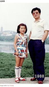 9歳の頃の華華さん、允慶さんは34歳頃(画像は『Bored Panda 2020年8月20日付「This Dad And Daughter Have Been Taking Yearly Pics At The Same Spot For 40 Years, And The Pics Show How Time Flies」(Image credits: Hua Yunqing)』のスクリーンショット)