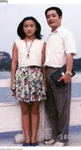中学生の頃の華華さん、允慶さんは39歳頃(画像は『Bored Panda 2020年8月20日付「This Dad And Daughter Have Been Taking Yearly Pics At The Same Spot For 40 Years, And The Pics Show How Time Flies」(Image credits: Hua Yunqing)』のスクリーンショット)