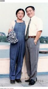 17歳頃の少しふっくらとした華華さん(画像は『Bored Panda 2020年8月20日付「This Dad And Daughter Have Been Taking Yearly Pics At The Same Spot For 40 Years, And The Pics Show How Time Flies」(Image credits: Hua Yunqing)』のスクリーンショット)