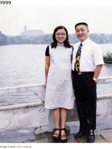 20歳頃の華華さんと45歳頃の允慶さん(画像は『Bored Panda 2020年8月20日付「This Dad And Daughter Have Been Taking Yearly Pics At The Same Spot For 40 Years, And The Pics Show How Time Flies」(Image credits: Hua Yunqing)』のスクリーンショット)