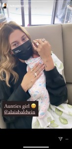 叔母になったヘイリー・ビーバー(画像は『Hailey Baldwin Bieber 2020年8月23日付Instagram』のスクリーンショット)