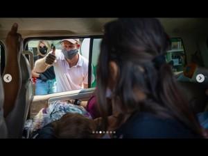 笑顔でサムズアップするヘンリー王子(画像は『Baby2Baby 2020年8月21日付Instagram「Baby2Baby was proud to host a drive-through distribution at Knox Elementary in South LA as students across the country return to distance learning this week.」』のスクリーンショット)