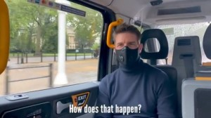 【イタすぎるセレブ達】トム・クルーズ、大きなマスク姿もファンに見つかり「どうして分かったんだろう?」