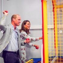 ウィリアム王子・キャサリン妃夫妻、ゲームセンターではしゃぐ姿が「付き合いたてのカップルのよう」
