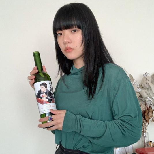 あいみょんが捨てられないという課長島耕作のワインボトル(画像は『aimyon 2020年2月10日付Instagram「捨てられないもの(1)」』のスクリーンショット)