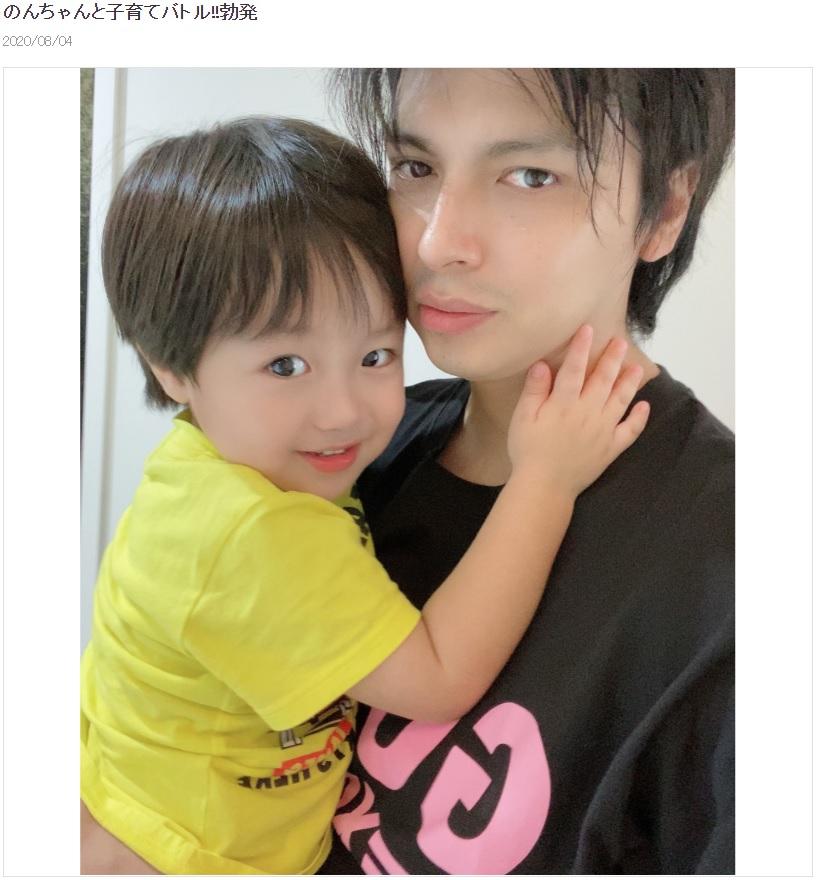 もうすぐ3歳になる息子とアレクサンダー(画像は『アレクサンダー 2020年8月4日付オフィシャルブログ「のんちゃんと子育てバトル!!勃発」』のスクリーンショット)