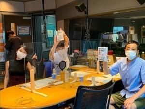 スタジオで発売されたばかりの番組本を手にしたナイツ(画像は『TBSラジオ「ナイツのちゃきちゃき大放送」 2020年8月1日付Instagram「今日の生放送もお楽しみに!」』のスクリーンショット)