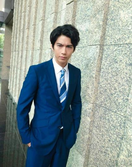 森山雅弘役の賀来賢人(画像は『半沢直樹 2020年8月9日付Instagram「一緒にカウントダウン」』のスクリーンショット)