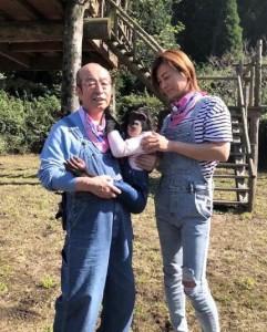 氷川きよし『天才!志村どうぶつ園』でのオフショット(画像は『氷川きよし / HIKAWA KIYOSHI 2020年3月31日付Instagram「また熊本に行くロケも楽しみにしていました。」』のスクリーンショット)