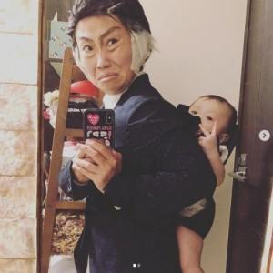 キンタロー。『半沢直樹』で北大路欣也が演じる「中野渡頭取」をものまね(画像は『キンタロー。 2020年8月17日付Instagram「今日のコーデ。子育て中の中野渡頭取。」』のスクリーンショット)