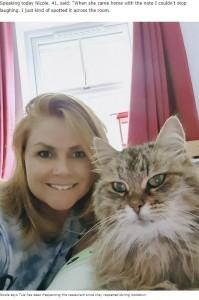 飼い主のニコールさんとトゥーラ(画像は『Deadline News 2020年8月19日付「Greedy cat busted for scrounging at Toby Carvery after staff send it home with incriminating note on collar」』のスクリーンショット)