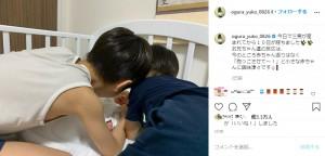 3兄弟の微笑ましい様子(画像は『小倉優子 ☆ゆうこりん☆ 2020年8月1日付Instagram「今日で三男が産まれてから10日が経ちました」』のスクリーンショット)