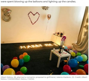 キャンドルで作られた「MARRY ME?」の文字(画像は『7NEWS 2020年8月7日付「Fiance spelled out 'Marry Me?' in candles for his girlfriend - which then burned down their flat」(Credit: Albert Ndreu / SWNS/Albert Ndreu / SWNS)』のスクリーンショット)