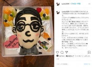 小木そっくりのバースデーケーキ(画像は『Ryoko Moriyama 2020年8月16日付Instagram「今日はお隣の小木の4じゅう何回目かの50に近い方のお誕生日です。」』のスクリーンショット)
