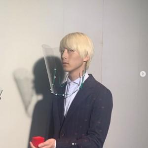 フェイスシールドを着用した坂口健太郎(画像は『スペシャルドラマ『東京タラレバ娘2020』【公式】 2020年8月9日付Instagram「KEYのオフショット一発目!」』のスクリーンショット)