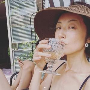 ワイン片手に寛ぐ高岡早紀(画像は『高岡早紀 2020年8月9日付Instagram「午前中に家事を全て終わらせて、白ワイン片手にプールで遊ぶ~」』のスクリーンショット)