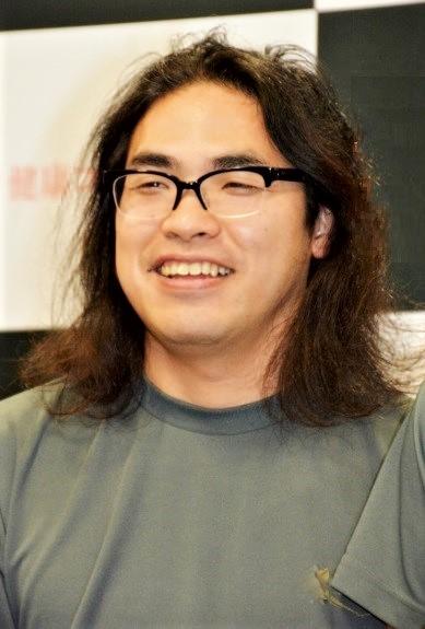 この髪型とメガネがトレードマークの中岡創一