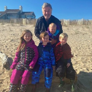 """【イタすぎるセレブ達】アレック・ボールドウィン、62歳で5児の子育ての""""メリット""""語る"""
