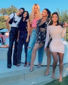 ケンダル、コートニー、クロエ、キム、カイリーの仲良し5姉妹(画像は『Kim Kardashian West 2019年7月2日付Instagram「EVERYTHING」』のスクリーンショット)