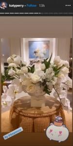 ビヨンセから届いたセレブ御用達フラワーデザイナーによる真っ白な花束のブーケ(画像は『KATY PERRY 2020年9月1日付Instagram』のスクリーンショット)