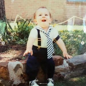赤ちゃんモデルのようなニック(画像は『Papa Kevin Jonas 2020年9月16日付Instagram「Happy Birthday @nickjonas.」』のスクリーンショット)