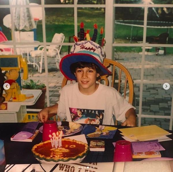瞳をキラキラと輝かせた少年時代のニック(画像は『Papa Kevin Jonas 2020年9月16日付Instagram「Happy Birthday @nickjonas.」』のスクリーンショット)