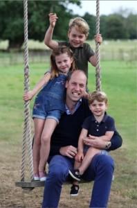 ウィリアム王子とジョージ王子、シャーロット王女、ルイ王子(画像は『Duke and Duchess of Cambridge 2020年6月20日付Instagram「The Duke and Duchess of Cambridge are very pleased to share a new picture of The Duke with Prince George, Princess Charlotte and Prince Louis ahead of The Duke's birthday tomorrow.」』のスクリーンショット)