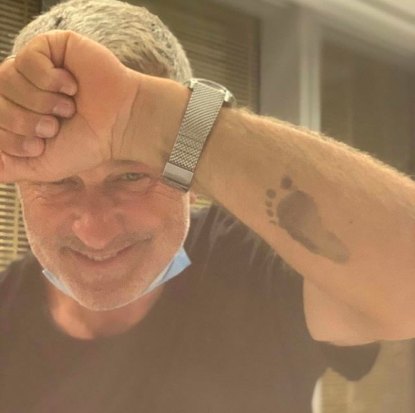 アレックは息子の足形をタトゥーに!(画像は『Hilaria Thomas Baldwin 2020年9月9日付Instagram』のスクリーンショット)