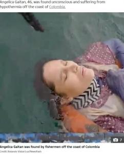 漁師に救助されるアンジェリカさん(画像は『The US Sun 2020年9月29日付「CASTAWAY RIDDLE Mystery as woman missing for TWO YEARS found alive floating at sea by baffled fishermen」(Credit: Rolando Visbal Lux/Newsflash)』のスクリーンショット)
