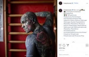 背中には大きなバラのタトゥー(画像は『Sylvain 2020年9月26日付Instagram「Man cave」』のスクリーンショット)