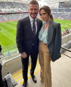 スタジアムで記念写真を撮るベッカム夫妻(画像は『Victoria Beckham 2020年3月2日付Instagram「I'm so excited!!!」』のスクリーンショット)
