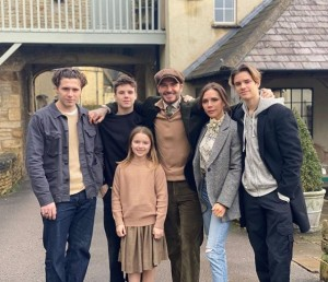 ロックダウン中、コッツウォルズの邸宅で過ごしたベッカム一家(画像は『David Beckham 2020年1月1日付Instagram「Happy New year from the Beckhams ..」』のスクリーンショット)