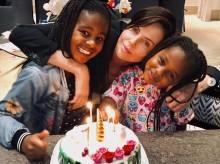 """【イタすぎるセレブ達】シャーリーズ・セロン""""ナショナル・ドーターズ・デー""""に家族写真公開 8歳長女に心無いコメントも"""