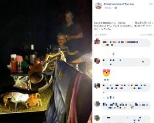 イスやテーブルなどによじ登って食べ物を取ろうとするヤシガニ(画像は『Christmas Island Tourism 2020年9月20日付Facebook「Robber crabs behaving badly!」』のスクリーンショット)