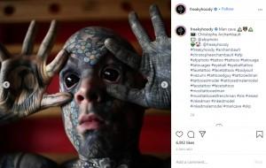 目にもタトゥーが!(画像は『Sylvain 2020年9月26日付Instagram「Man cave」』のスクリーンショット)