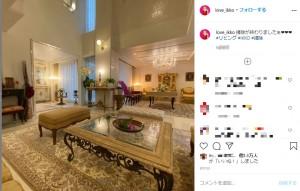 IKKO宅のリビングルーム(画像は『IKKO【公式】 2020年8月1日付Instagram「掃除が終わりましたぁ」』のスクリーンショット)